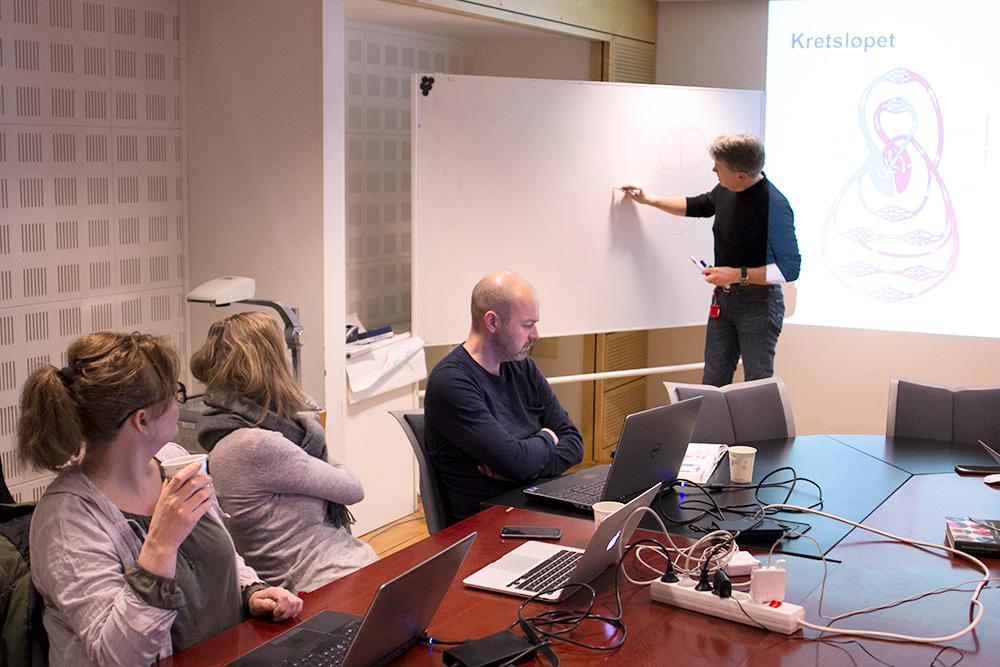 Professor Arild Faxvaag underviser om kretsløpet