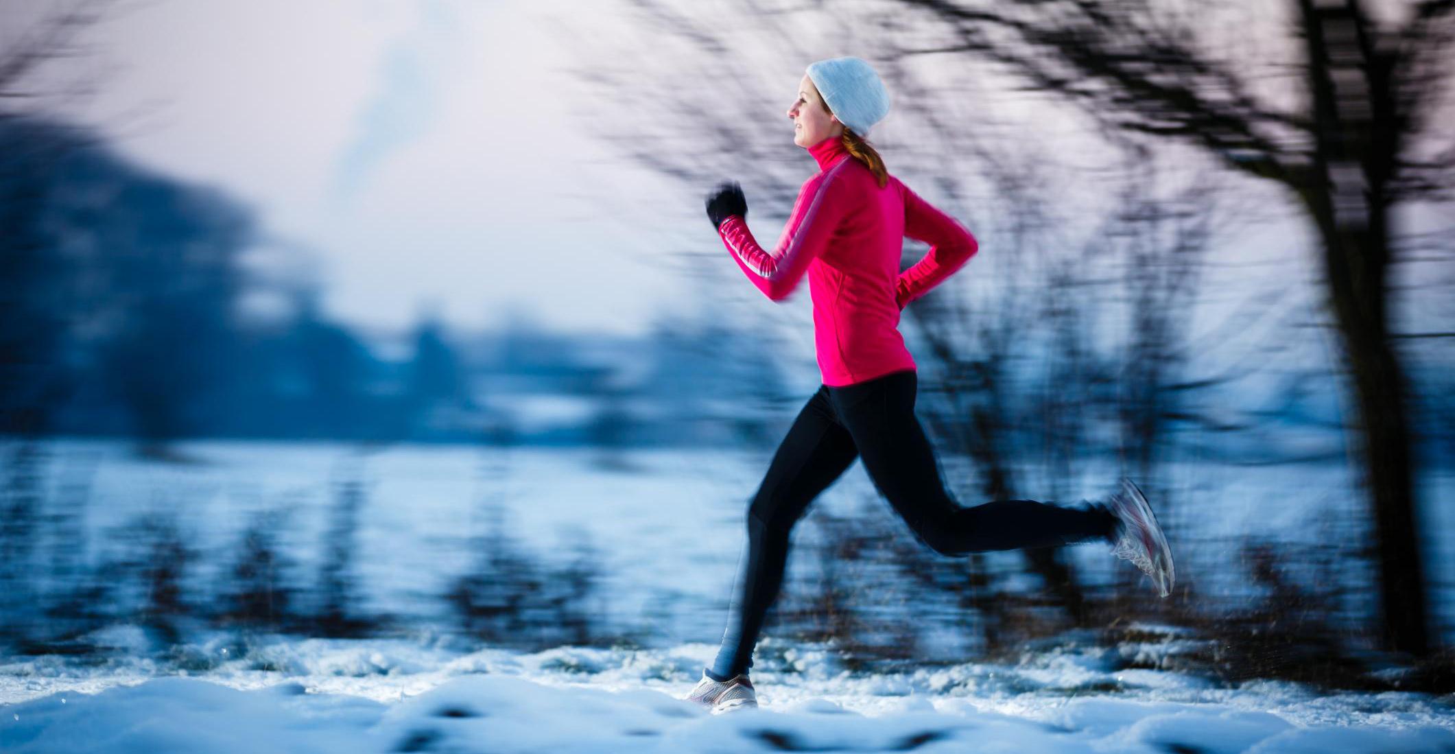Bilde av kvinne som løper om vinteren, Foto: Yay, Victor Cap