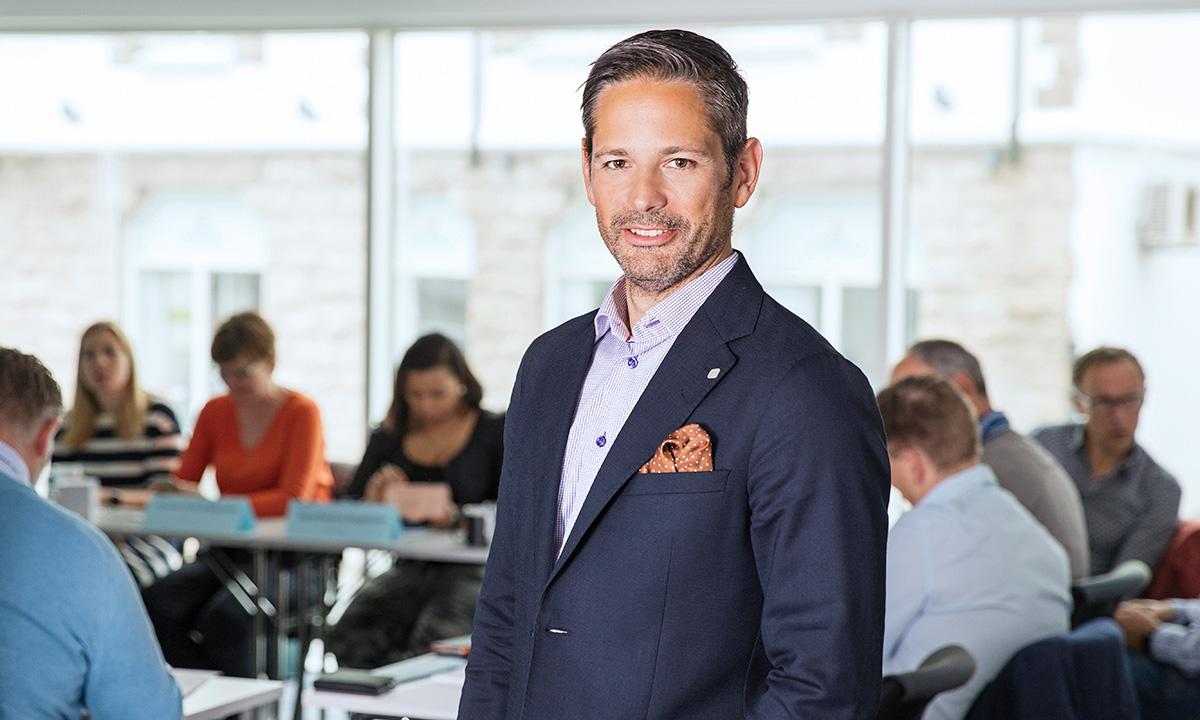 Mark Pasquine, faglig ansvarlig for kursene i digitalisering og ledelse, foran studentene på en samling.