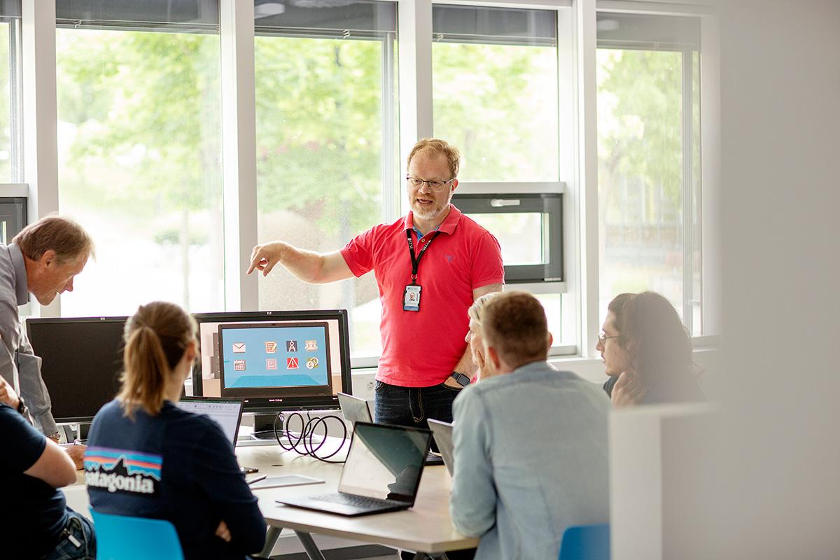 Foto av førsteamanuensis Jan Alexander Langlo i undervisningssituasjon